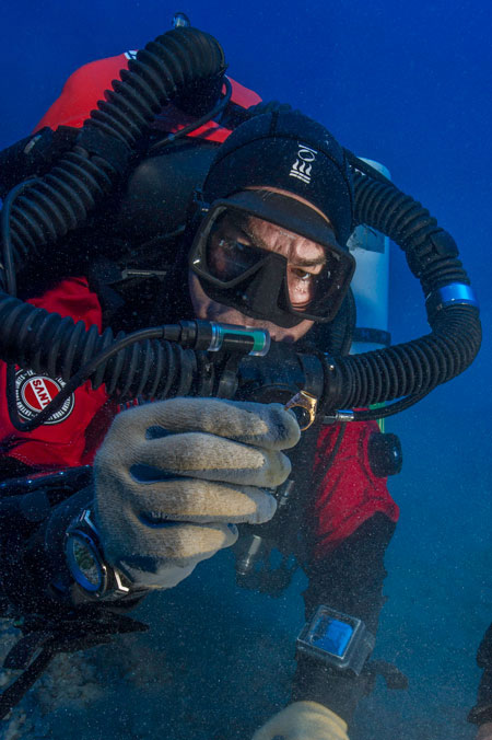 Brendan Foley recovers a gold ring from the Antikythera Shipwreck. (Brett Seymour, EUA/WHOI/ARGO)