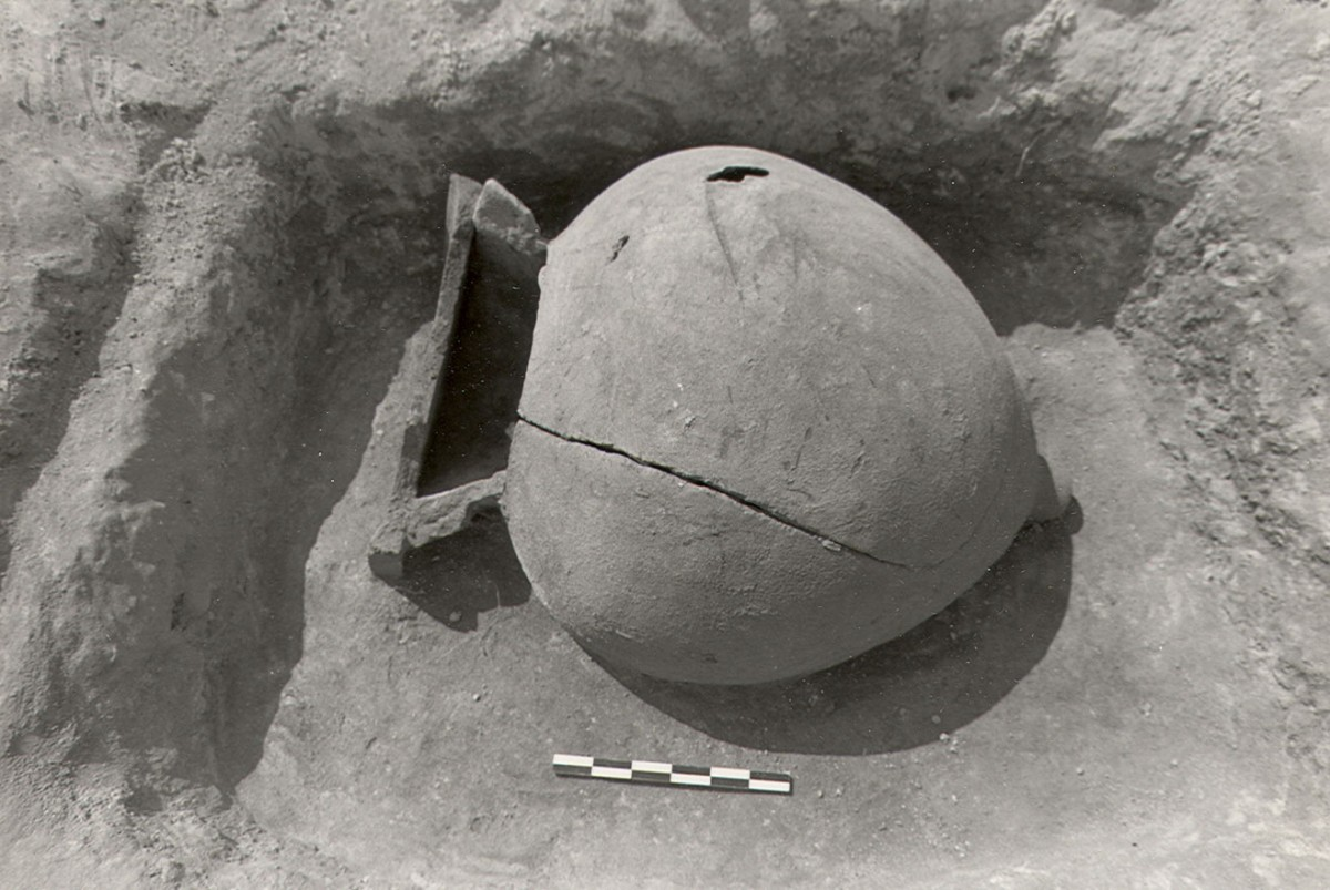 Fig. 1a. Adult jar burial from the cemetery of Triantafyllia Livanates. Jar XXV. (Photographic archive of the 14th Ephorate of Prehistoric and Classical Antiquities)