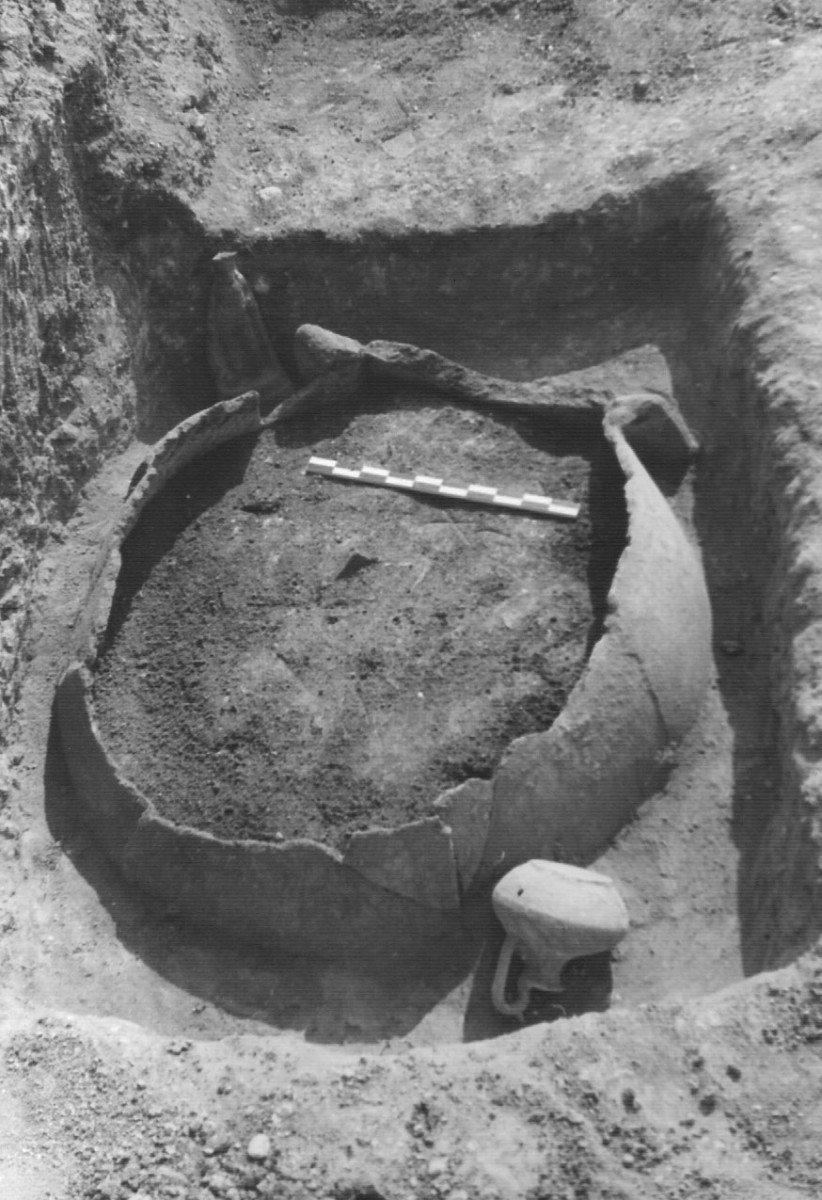 Fig. 1b. Adult jar burial from the cemetery of Triantafyllia Livanates. Jar VIII. (Photographic archive of the 14th Ephorate of Prehistoric and Classical Antiquities)