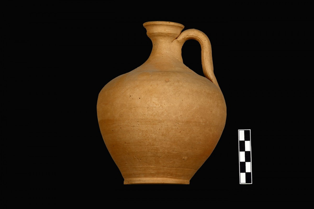 Fig. 3a. Example of local pottery production from the cemetery of Triantafyllia Livanates. Unpainted jug K.5526 (1st quarter of 3rd c. BC) from Jar LVII. (Photographic archive of the 14th Ephorate of Prehistoric and Classical Antiquities)