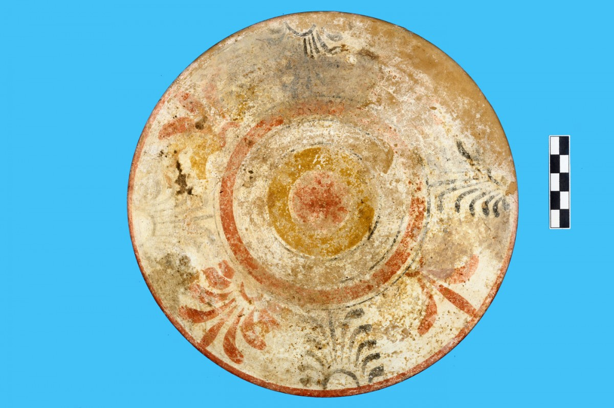 Fig. 3b. Example of local pottery production from the cemetery of Triantafyllia Livanates. Plate K.8106 (last quarter of 5th c. BC) with multicoloured decoration from Jar XXIV. (Photographic archive of the 14th Ephorate of Prehistoric and Classical Antiquities)