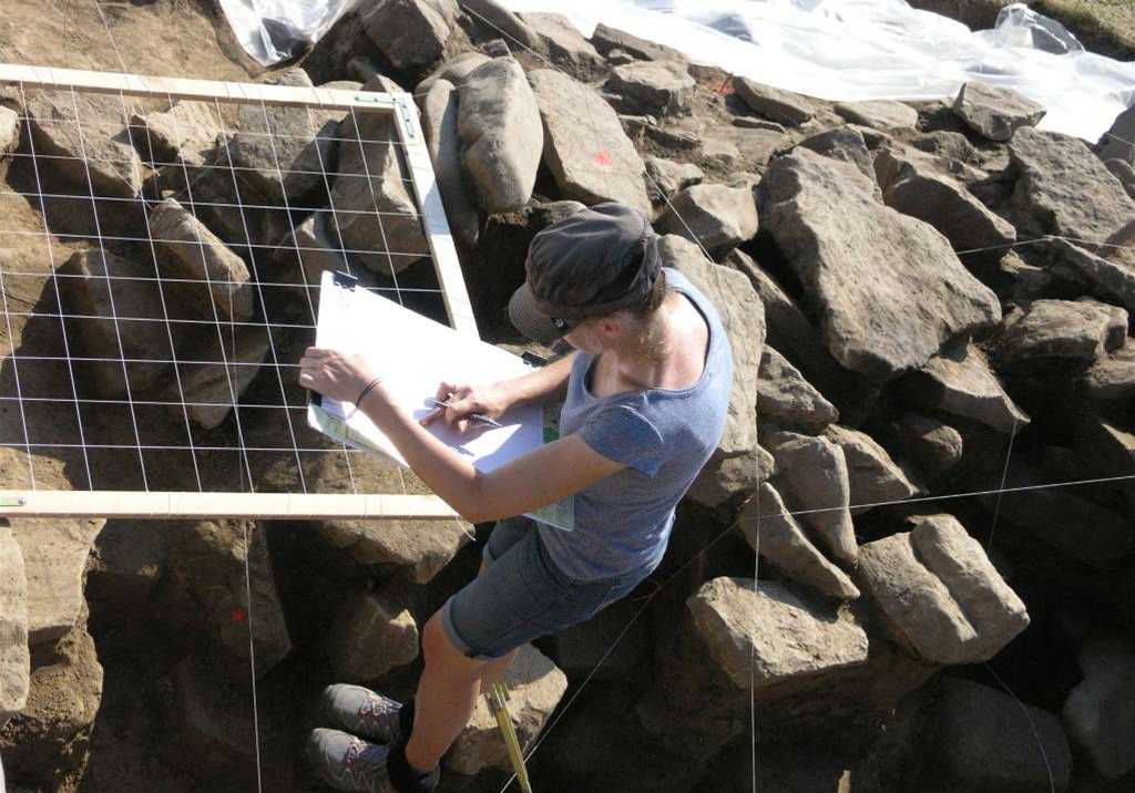 Documenting the interior of the Bronze-Age wall. Photo by M.S. Przybyła