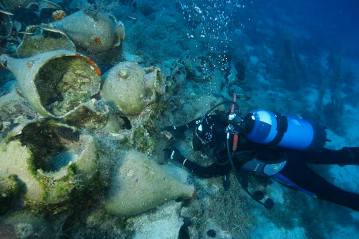 Marking the finds of an Archaic shipwreck at Fourni.