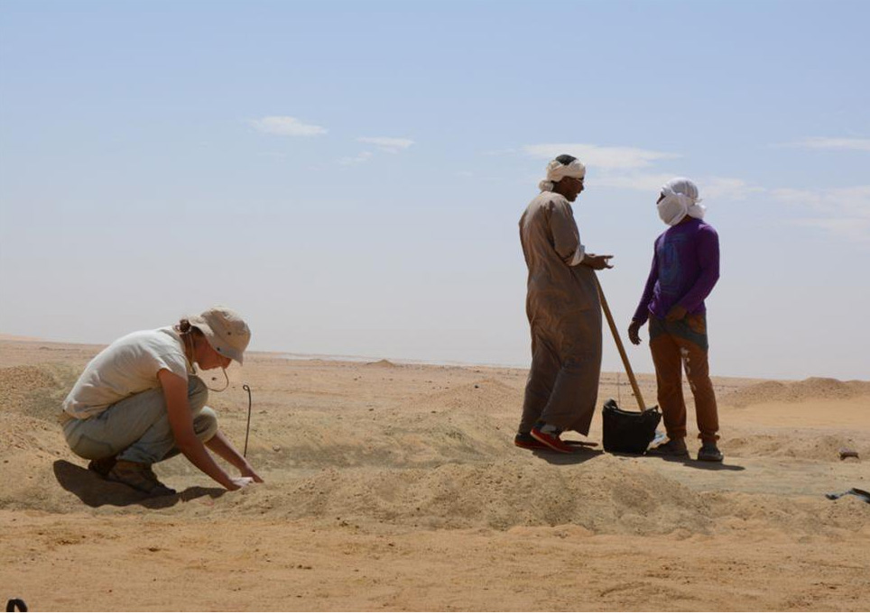 Study of a Neolithic settlement in Gebel Ramlah. Photo by R. Kenig