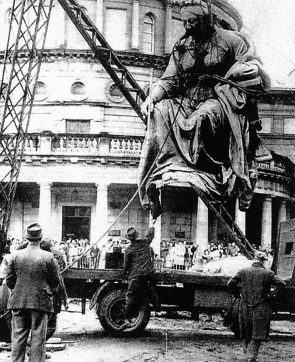 Fig. 8. The removal of the Queen Victoria Monument in 1949.