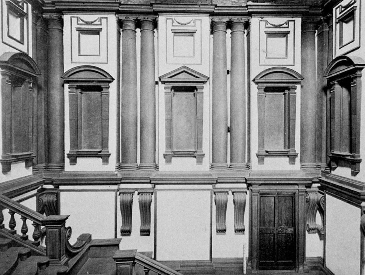 Fig. 10. Michelangelo, Florence, Laurentian Library. The Tuscan pillars placed in pairs, the architrave with the recesses and protrusions, as well as the particularly big spirals are typical of the Mannerist technique (source: internet).