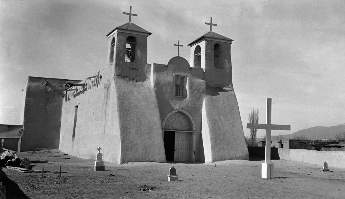 Fig. 3. Ranchos de Taos, New Mexico, church of San Francisco. Towers with typical gradation of volumes in a mud brick building (source: internet).