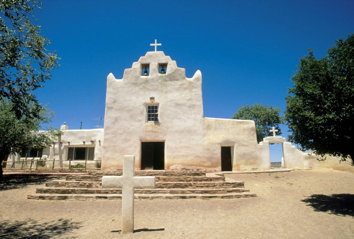Fig. 4. Laguna, New Mexico, church of San Jose. Typical design of pediment with raised edges (source: internet).