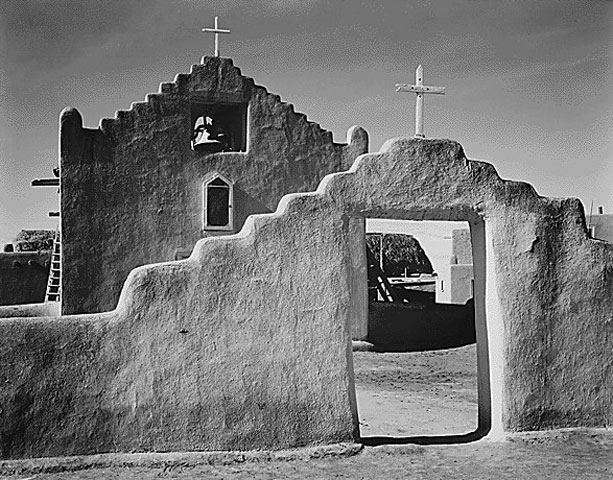 Fig. 5. Taos, New Mexico, church of San Francisco. Typical design of pediment with raised edges (source: internet).