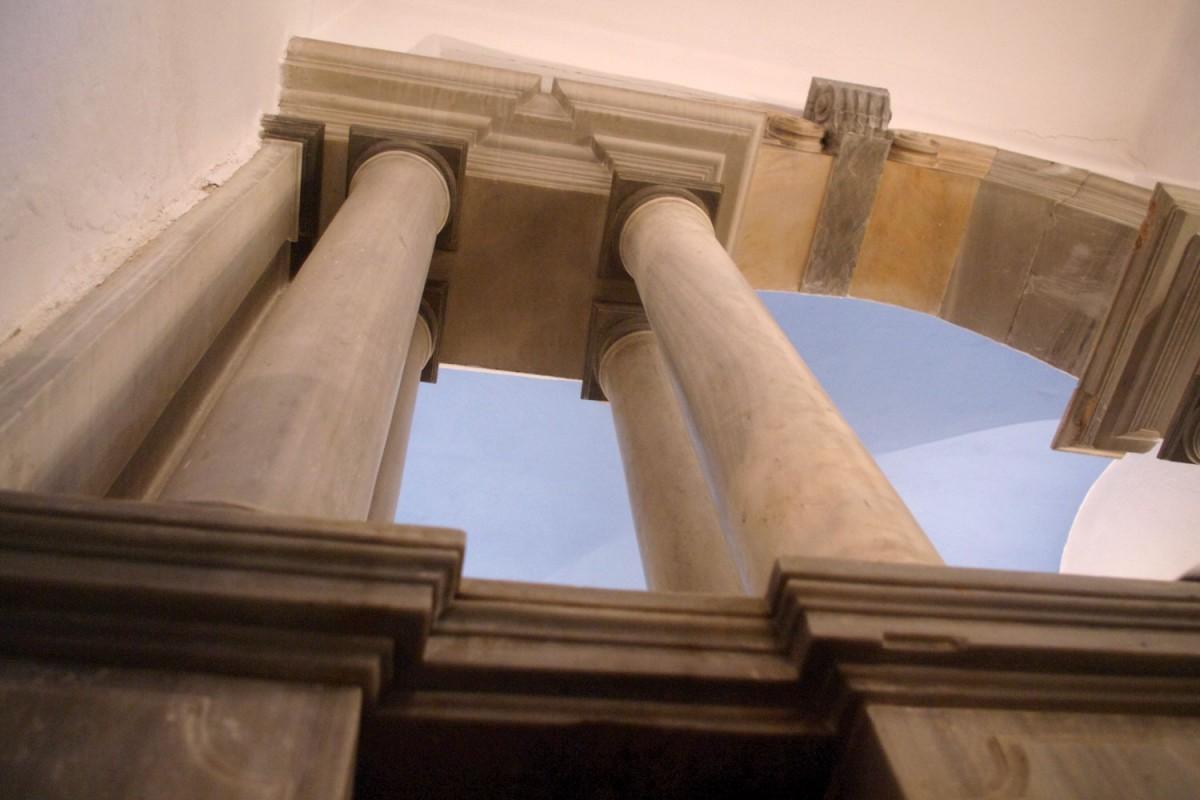 Fig. 7. Tinos Chora, monastery of Agios Antonios, chapel, columns and architrave (photograph: Ioannis Laskos).