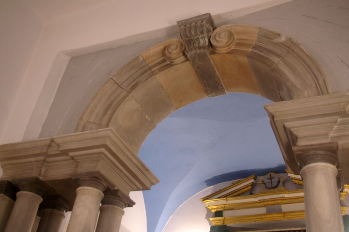 Fig. 9. Tinos Chora, monastery of Agios Antonios, chapel, architrave and arch with spirals (photograph: Ioannis Laskos).