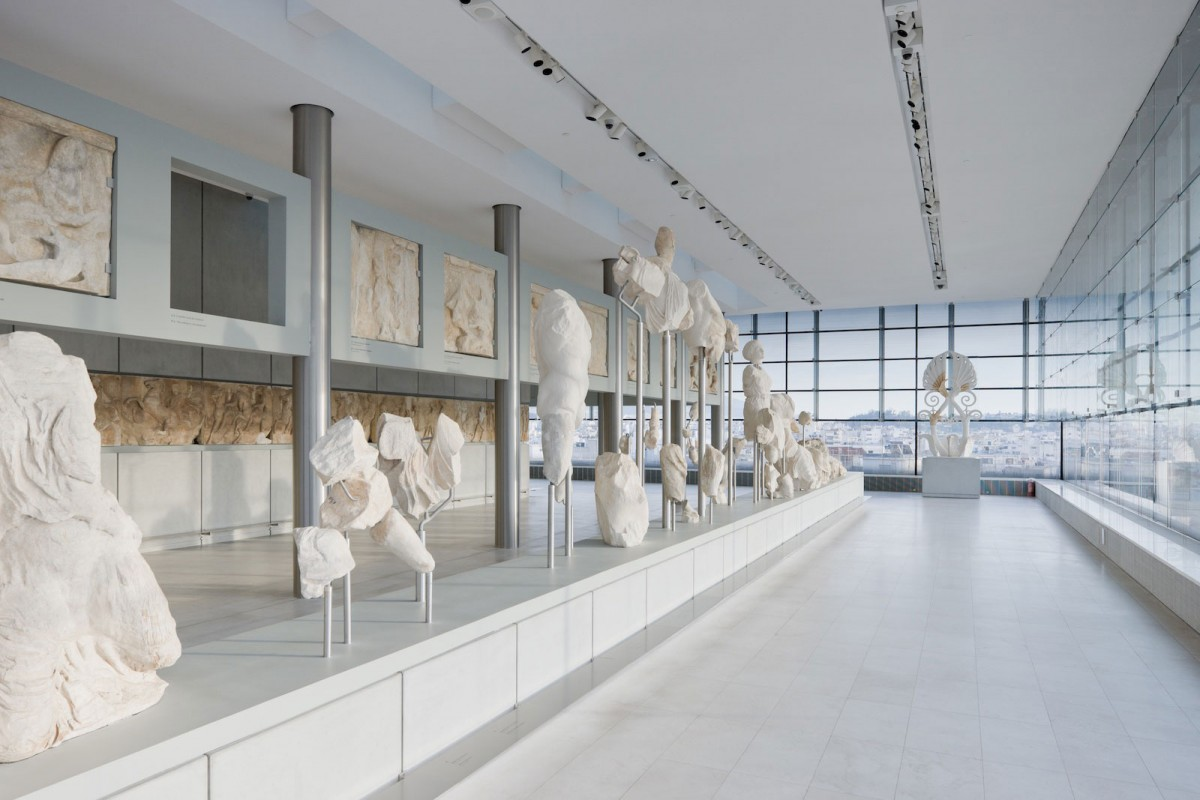 Visitors at the museum can see the sculptures in natural light coming through the glass facade. Photo Credit: Uncube magazine.