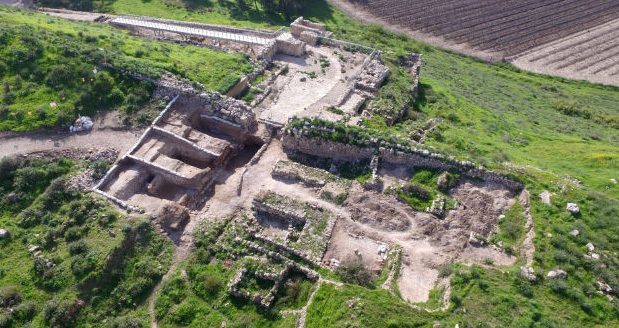 The Tel Lachish National Park and the gate structure (left) that was exposed. (Guy Fitoussi, Israel Antiquities Authority)