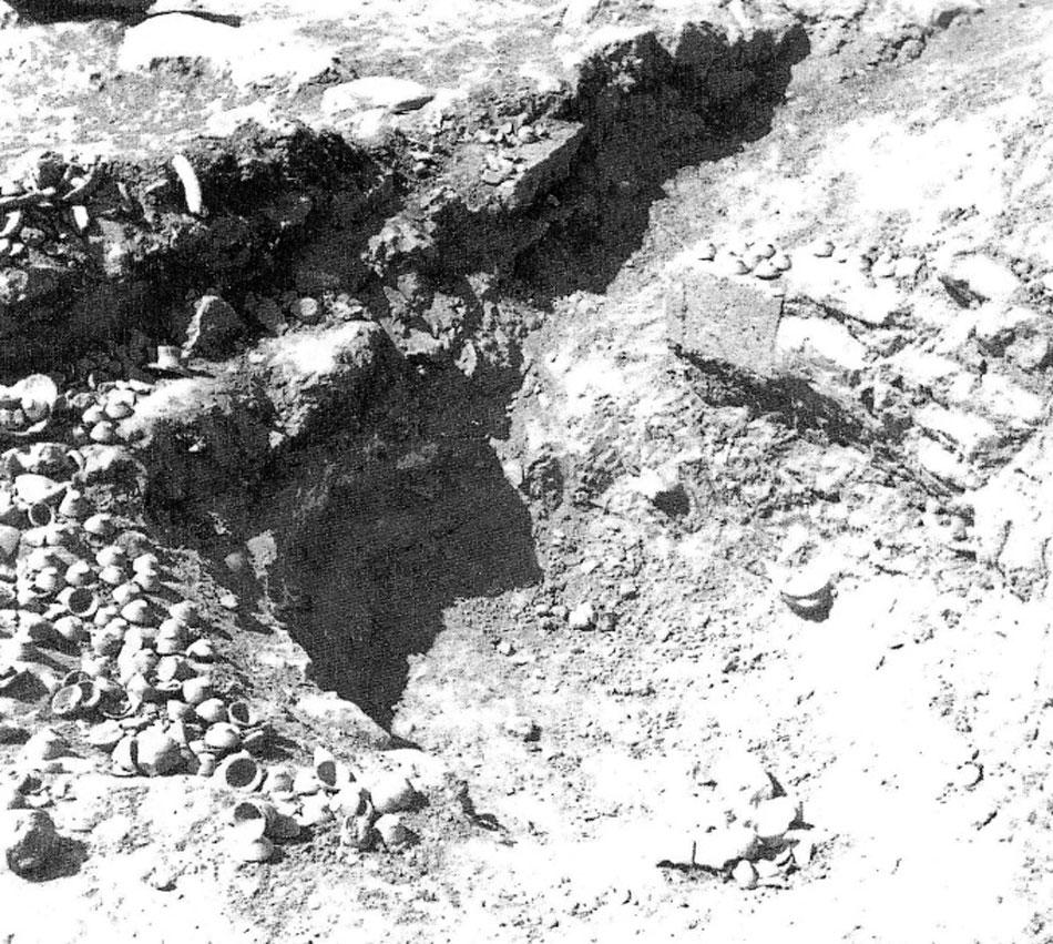 Fig. 2. The «kouloura» in «Maison Epsilon», Malia, during excavations (Bradfer-Burdet 2005, pl. Xa).
