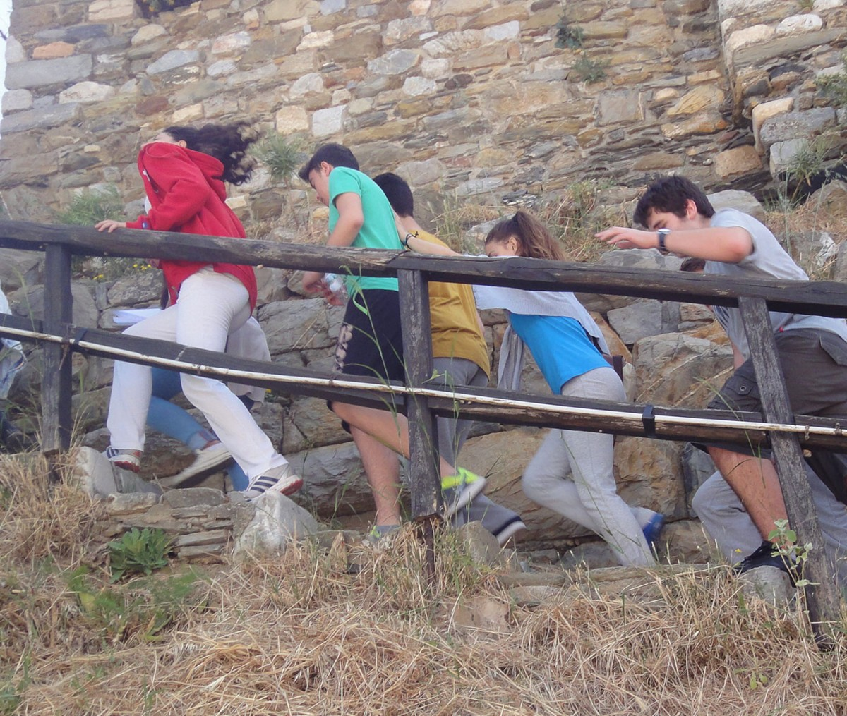Fig. 11. Ascent to the Castle. Behind the students the two construction phases of the wall can be seen.