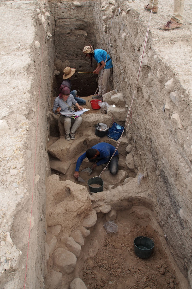 Excavating down to the Bronze Age layers in the upper part of Bassetki  [Credit: P. Pfälzner]