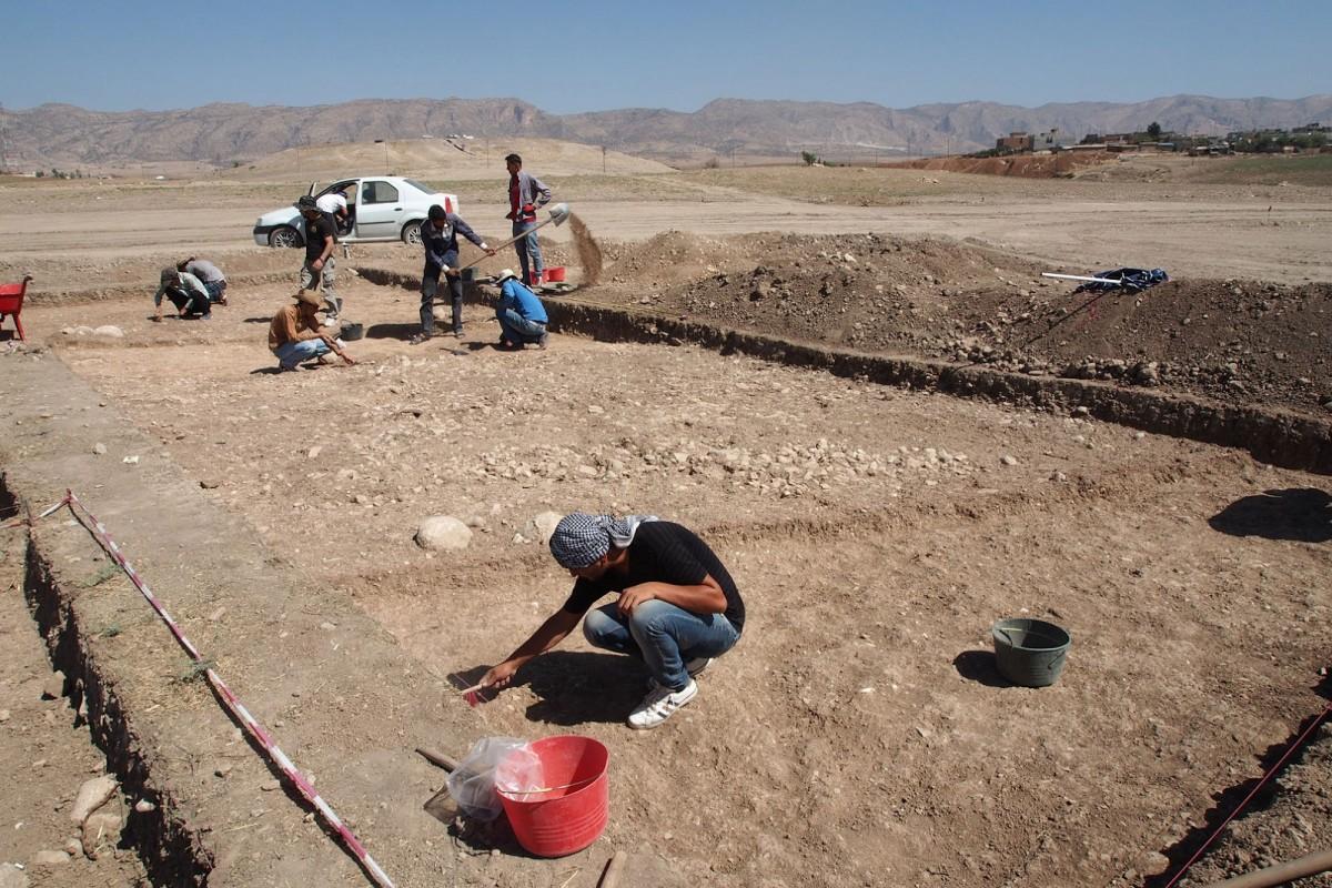 Excavation work on the Bronze Age overland roadway outside the village of Bassetki  [Credit: P. Pfälzner]