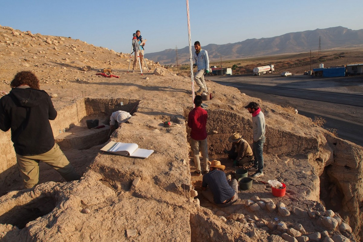 Excavating the eastern slope of the upper part of Bassetki, where several fragments of Assyrian cuneiform tablets  were discovered [Credit: P. Pfälzner]