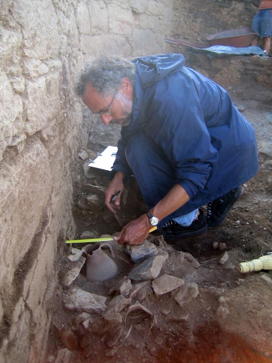Alexandros Mazarakis Ainian. Excavating the sanctuary in ancient Kythnos, 2005 (photo: Christina Mitsopoulou).