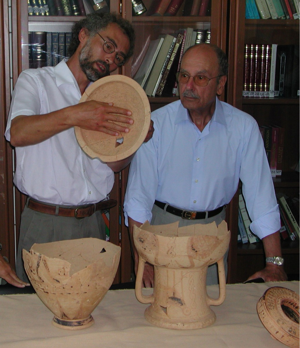 The 15th August 2003. President of the Republic Kostis Stefanopoulos visits the Chora of Kythnos. Alexandros Mazarakis Ainian gives him a guided tour of the antiquities (photo: Lina Lichnou).