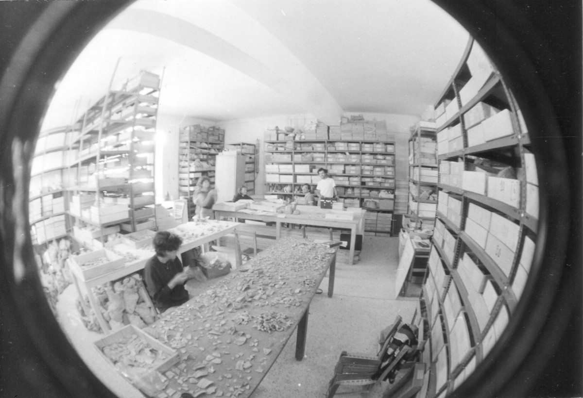 The early 1980s, in the storerooms of the old museum in Eretria, Alexandros Mazarakis Ainian and his fellow students record the finds from the excavation of Petros Themelis.
