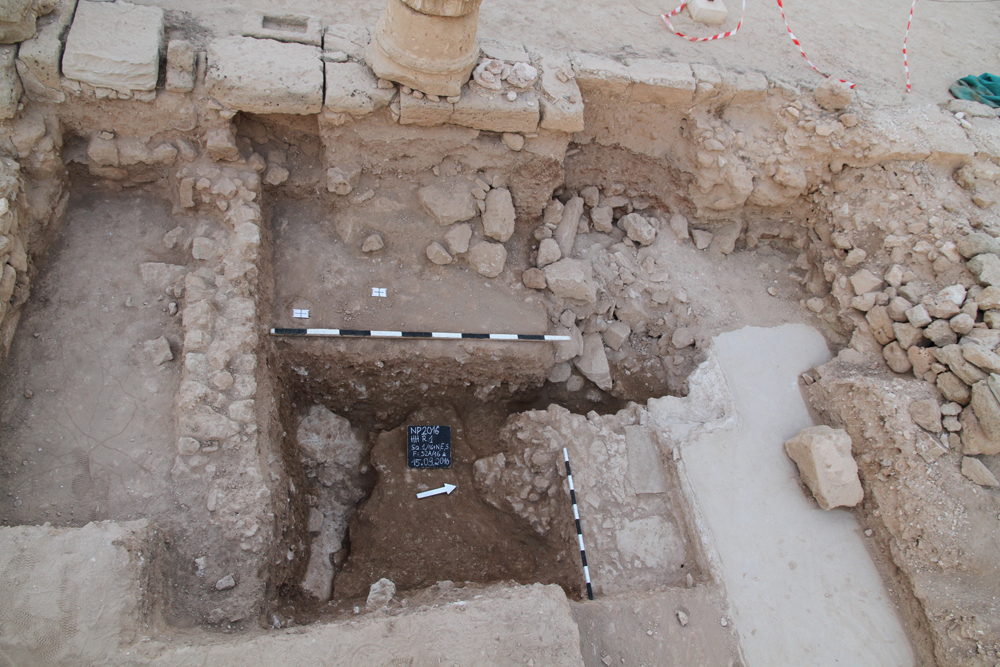 Southwestern corner of the courtyard HH 1 with corner of the rectangular basin and bedrock uncovered south of the basin, phot. H. Meyza.