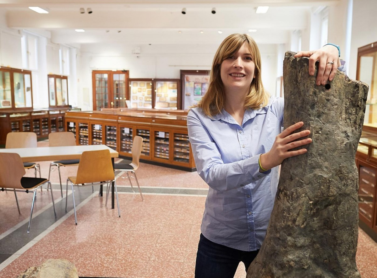 This is Jessica Mitchell, of the Steinmann Institute, University of Bonn with the thigh bone of the long-necked dinosaur Apatosaurus. Credit © photo: Volker Lannert/Uni Bonn