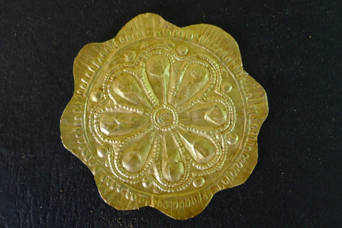 A golden rosette found at the chest of the deceased. Photo credi: Ephorate of Antiquities of Florina.