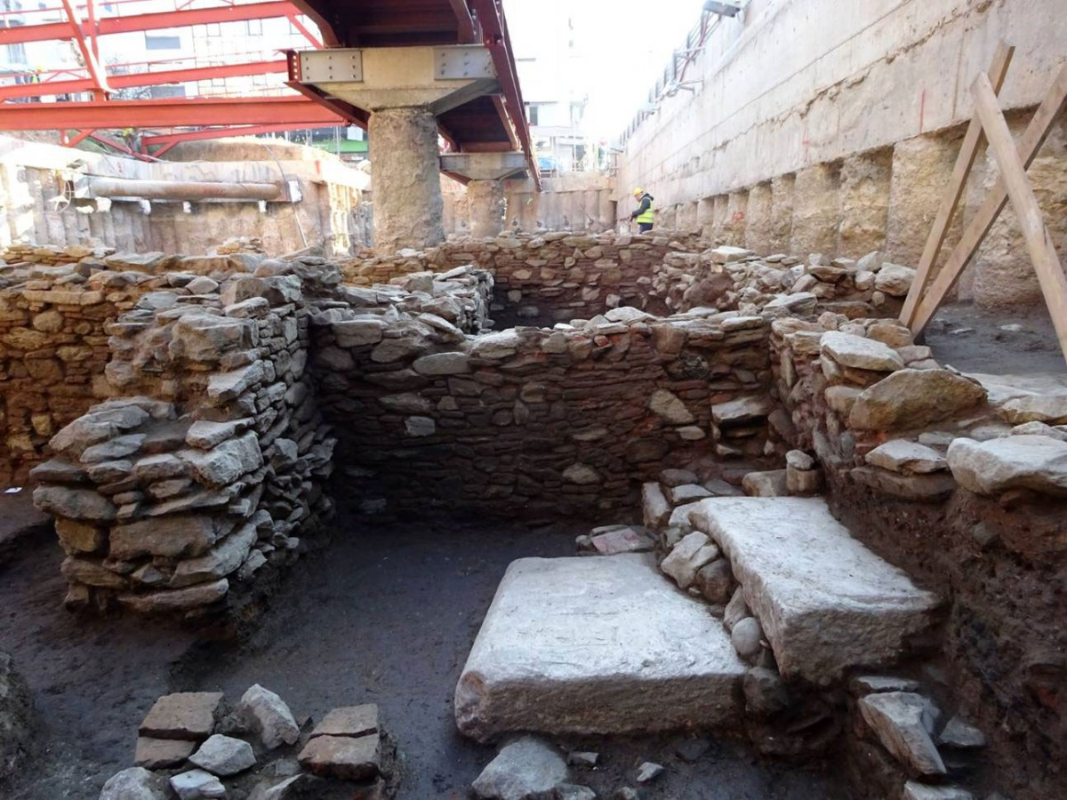 Staircase found at the north entrance. It is made of marble slabs in second use. Photo credit: ANA-MPE.