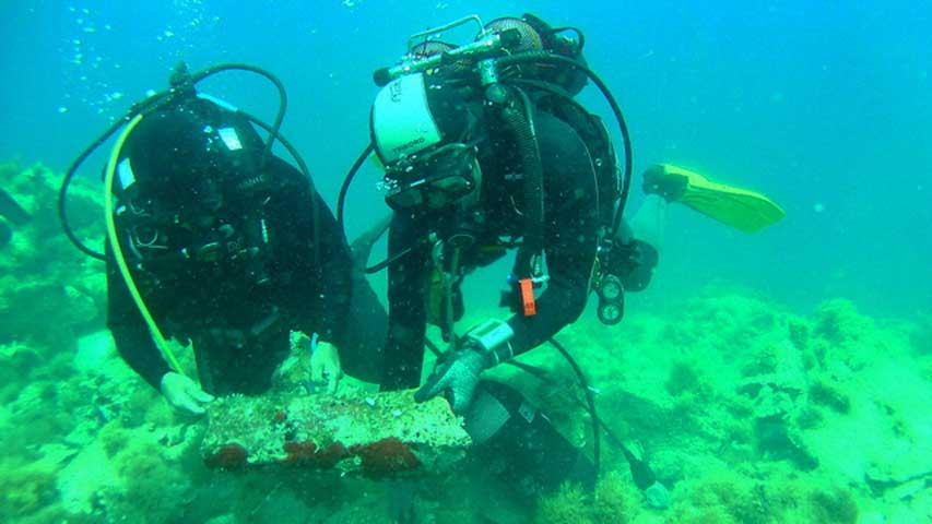Investigating the shipwreck at Fylladi Bay of Rineia. (Photo: Ministry of Culture and Sports)