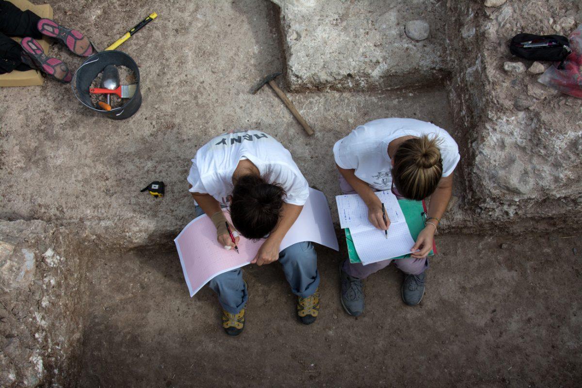 Fig. 9. Writing a diary and noting the stratigraphy at Rodafnidia, Lisvori Lesbos (photo: M. Zouridaki).