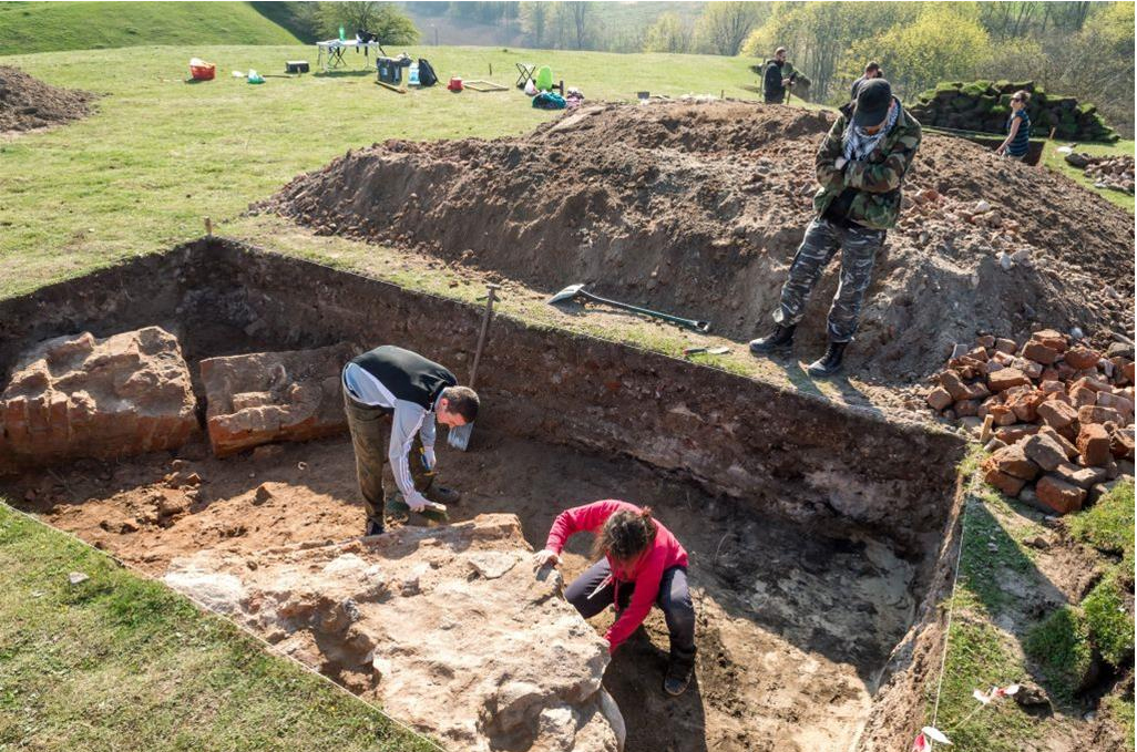 Excavations on the Castle Hill in Unisław. Photo: PAP/ Tytus Żmijewski 10.04.2017