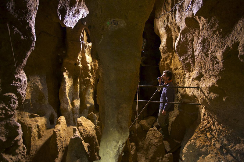 Researchers working in El Sidrón Cave. Image: Joan Costa / CSIC