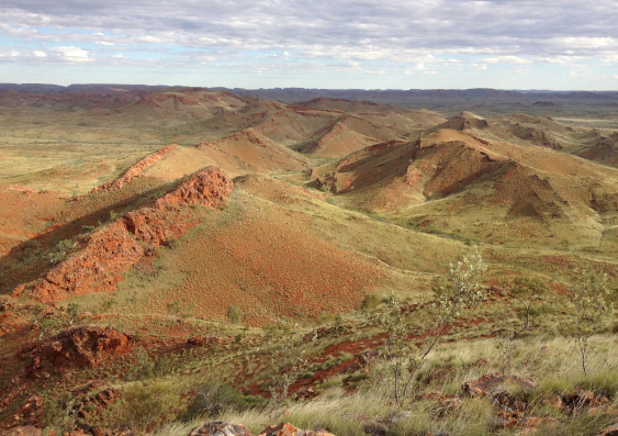 Ridges in the ancient Dresser Formation in the Pilbara Craton of Western Australia that preserve ancient stromatolites and hot spring deposits Image: Kathleen Campbell