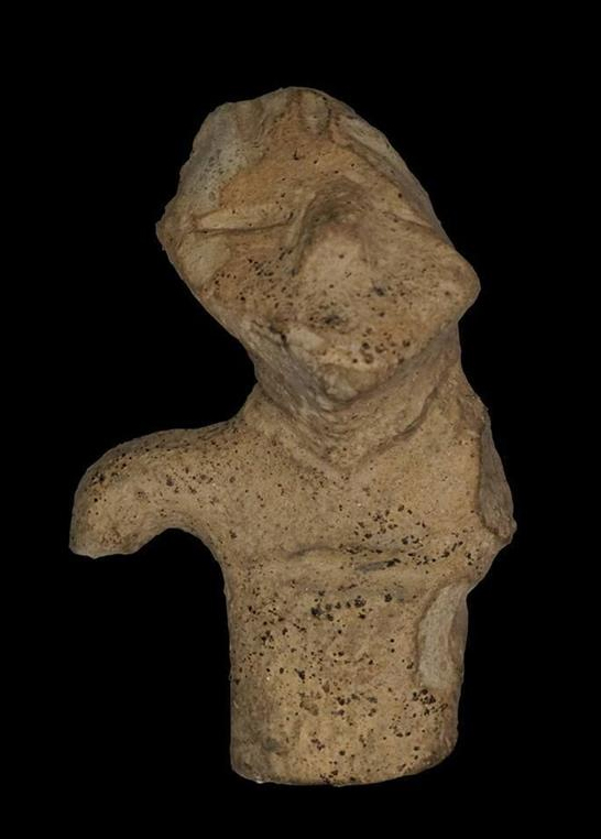 7-centimeter fragment of a man figurine made of fired clay. Photo by Piotr Alagierski