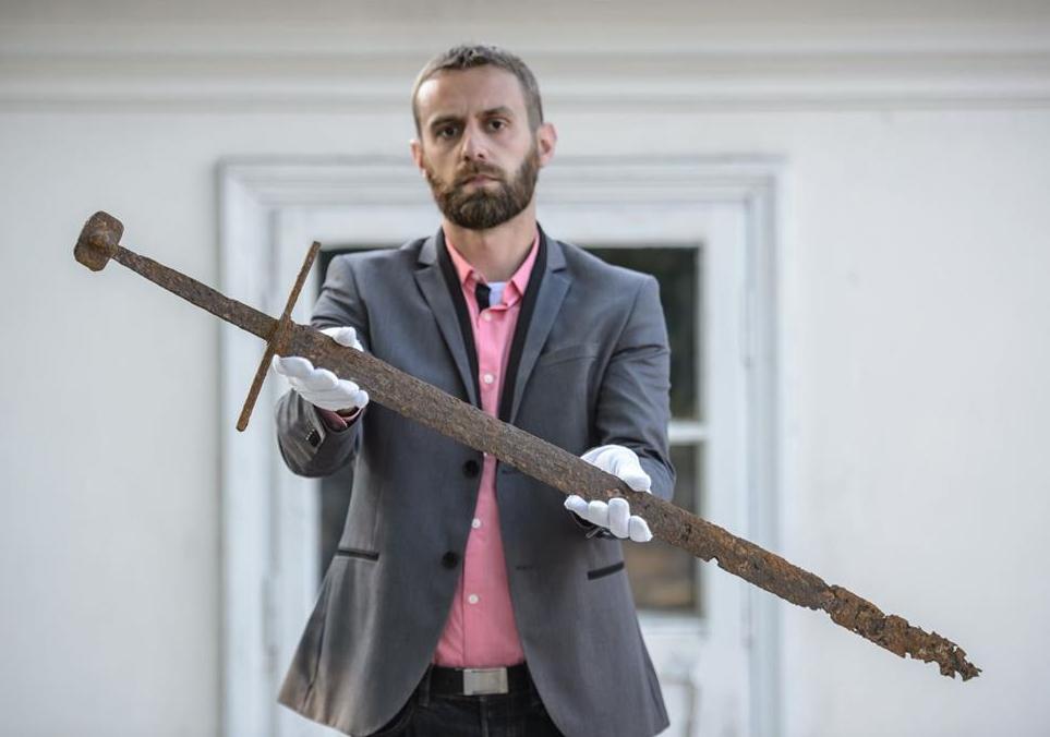 Bartłomiej Bartecki, director of the Museum in Hrubieszów presents the sword found in the Commune of Mircze. Photo: PAP/ Wojciech Pacewicz 05.06.2017