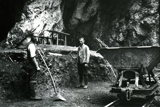 Excavations at the entrance of Hohlenstein-Stadel cave in 1937, the year when the Neanderthal femur was discovered. © Photo Museum Ulm