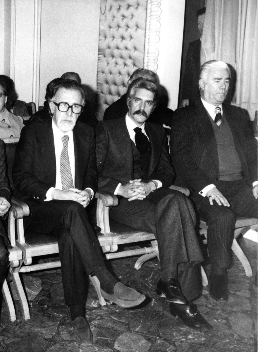 "Fig. 13. Yannis Sakellarakis introducing Manolis Andronikos at the ""Estia Neas Smyrnis""."