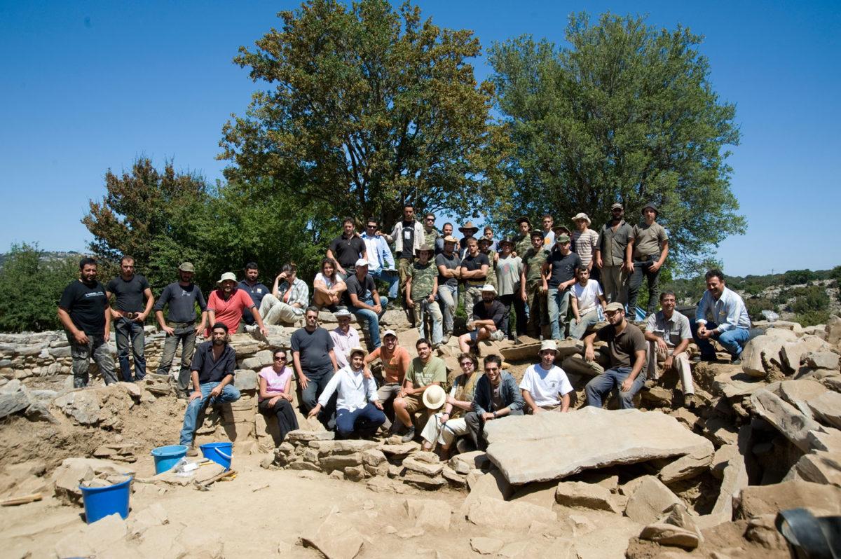 Fig. 29. After the death of Yannis Sakellarakis, Efi Sapouna-Sakellarakis with the excavation team, Zominthos 2011.