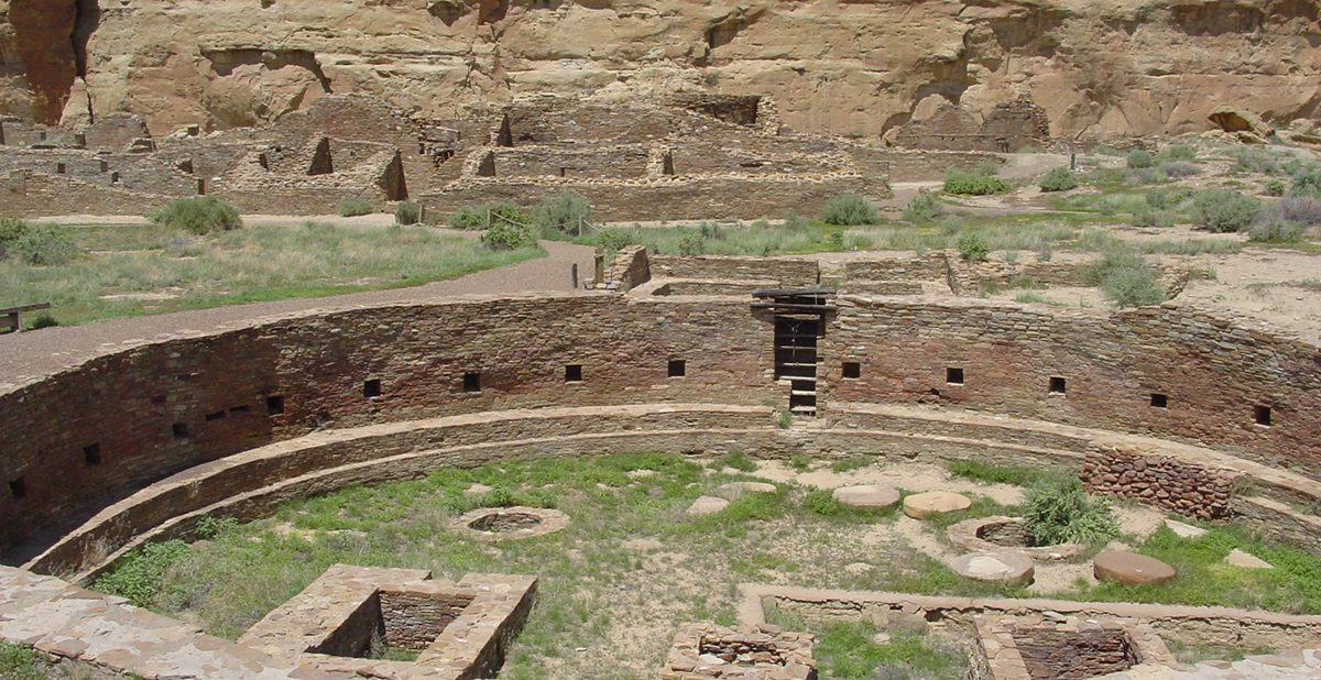 An image of the ruins of Chetro Ketl in Chaco Canyon (New Mexico, United States); shown is the complex's Great Kiva.