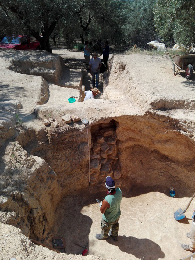 Middle cemetery. Excavations at the stomio and the dromos of the chamber tomb. Credit: Ministry of Culture and Sports