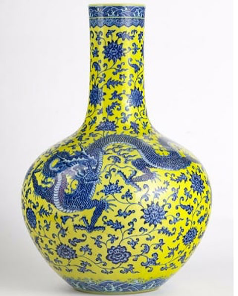 The vase is 60 cm high and depicts three blue dragons on a yellow background.