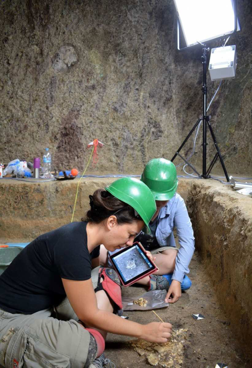 Prosilio chamber tomb. Recording the bones in the burial chamber's interior. Photo credit: Giannis Galanakis.