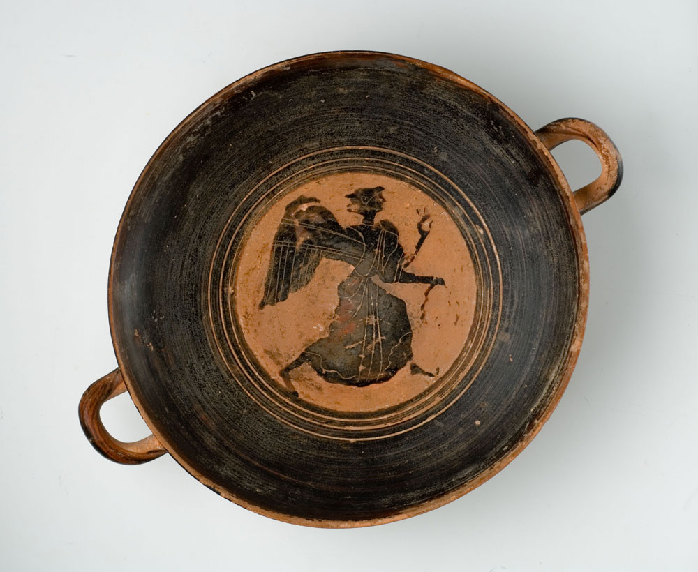 Boeotian kylix depicting a winged Nike (Victory) holding a ribbon in the right hand 475 – 450 BC © Athens, Museum of Cycladic Art (photo by G. Fafalis)