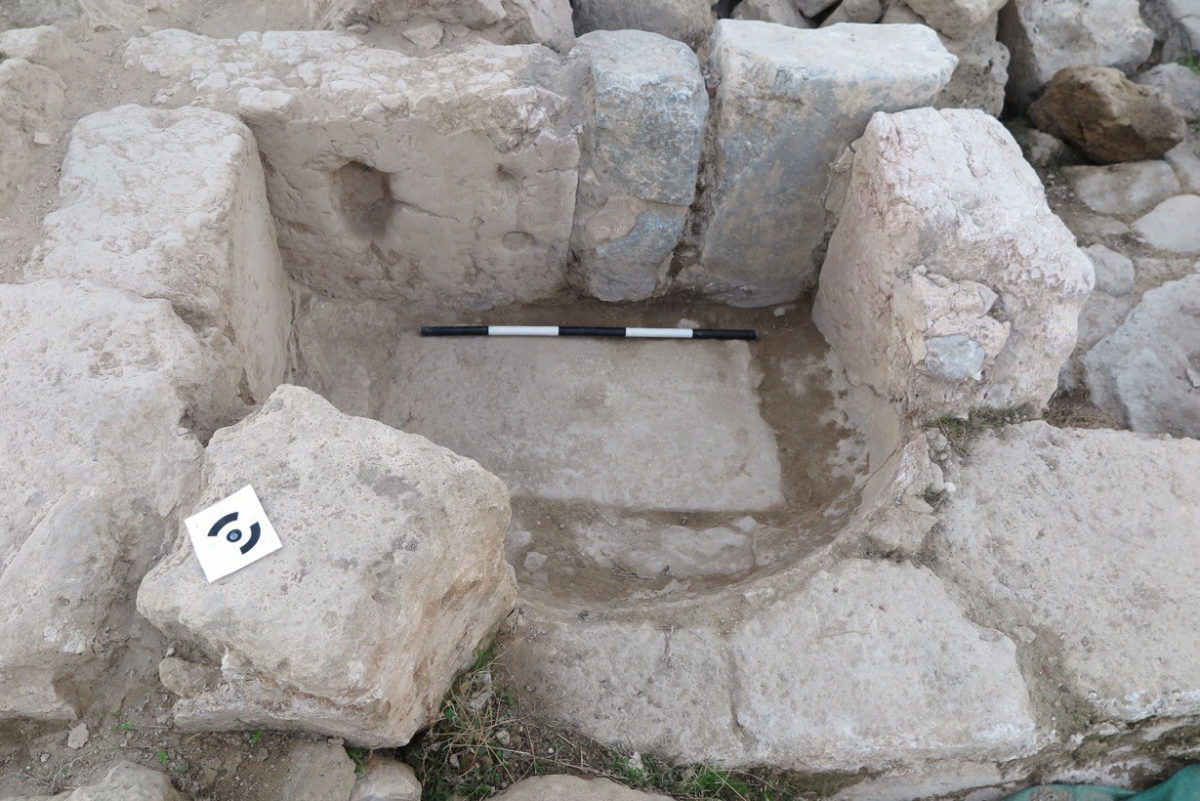 Fig. 2. The marble block and plaster-lined basin.