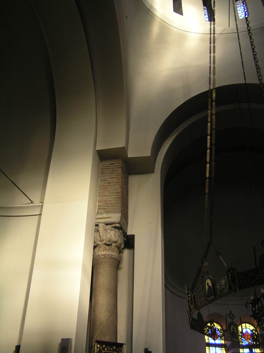 Fig. 11. The lighting of the eastern pendentive and the eastern column (at 18:27 in June).
