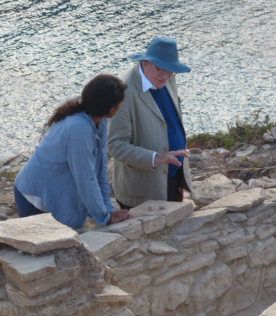 Keros excavations: Professor Colin Renfrew discusses the finds of trench F with excavator Amira Kanwai (source: Ministry of Culture and Sports/British School at Athens).