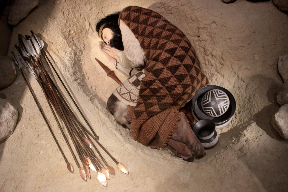 Reconstruction of a Beaker burial. Image credit: Miguel Hermoso Cuesta.