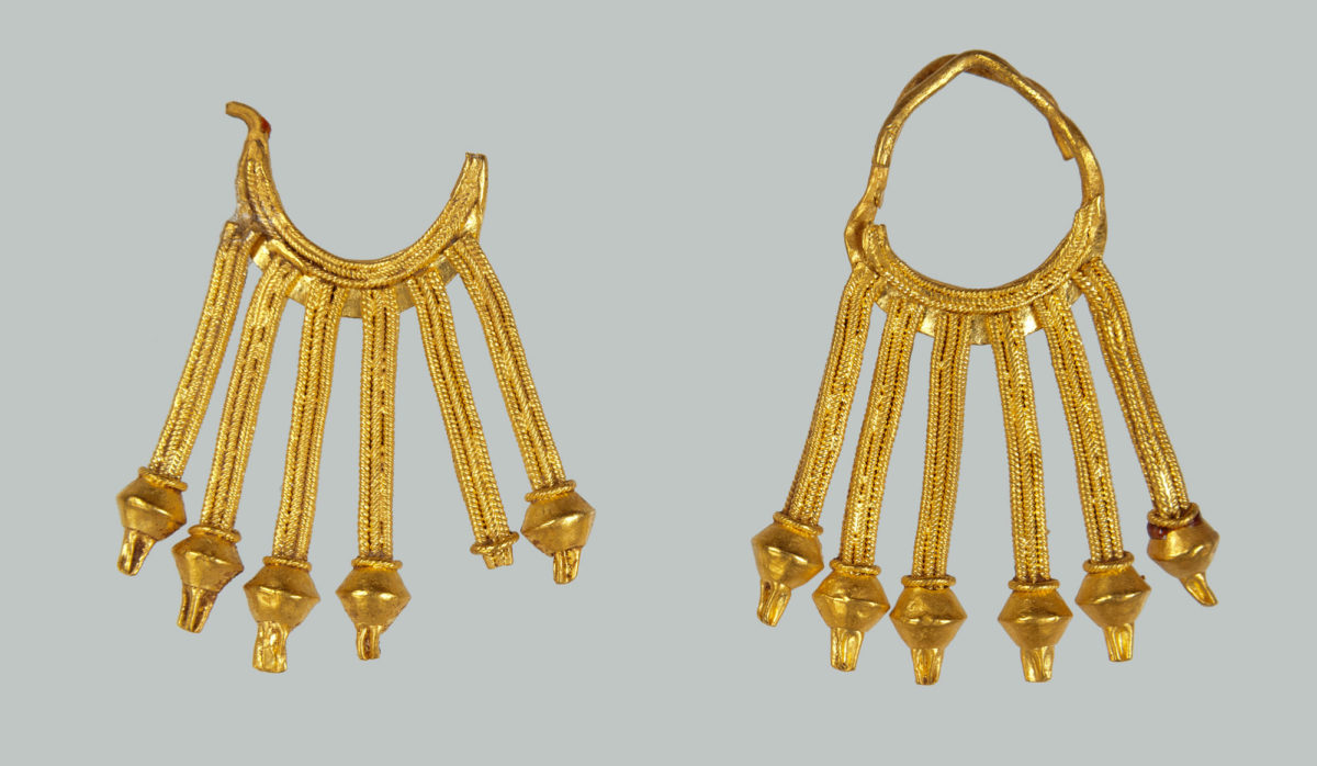 Pair of gold earrings (8th c. BC). © NAM/ ARF (Photo: S. Mavrommatis).