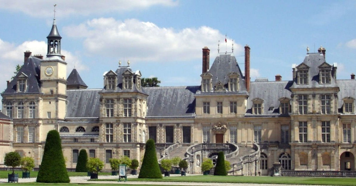 View of the Chateau of Fontainebleau (photo: Wikipedia).